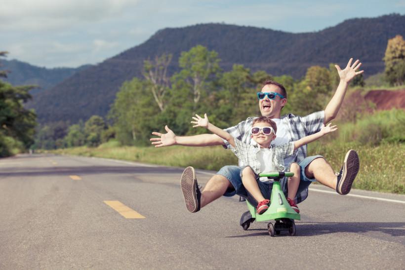 Папа и сын едут на тс