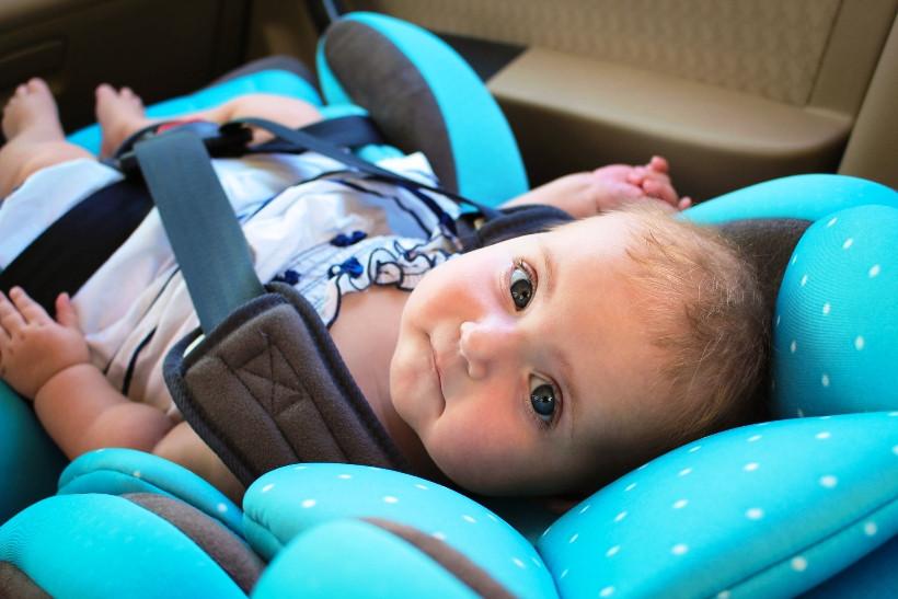 новорожденный в автокресле