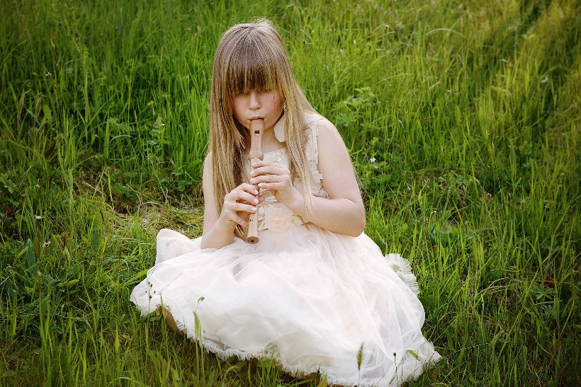 девочка играет на флейте