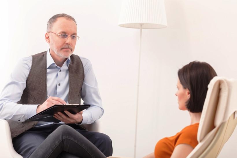 женщина на приеме у психиатра