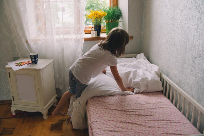 ребенок убирает в комнате