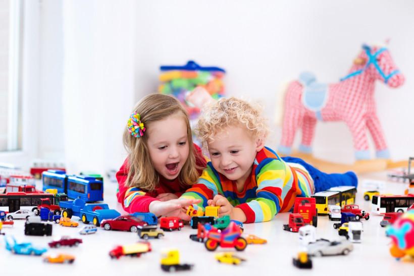 дети и много игрушек