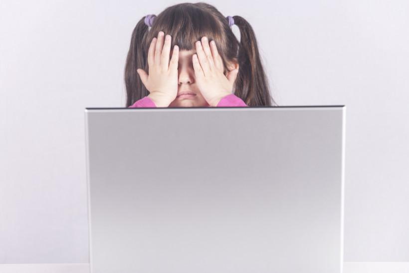 девочка перед компютером с закрытыми глазами, безопасность в интернете, интимная безопасность