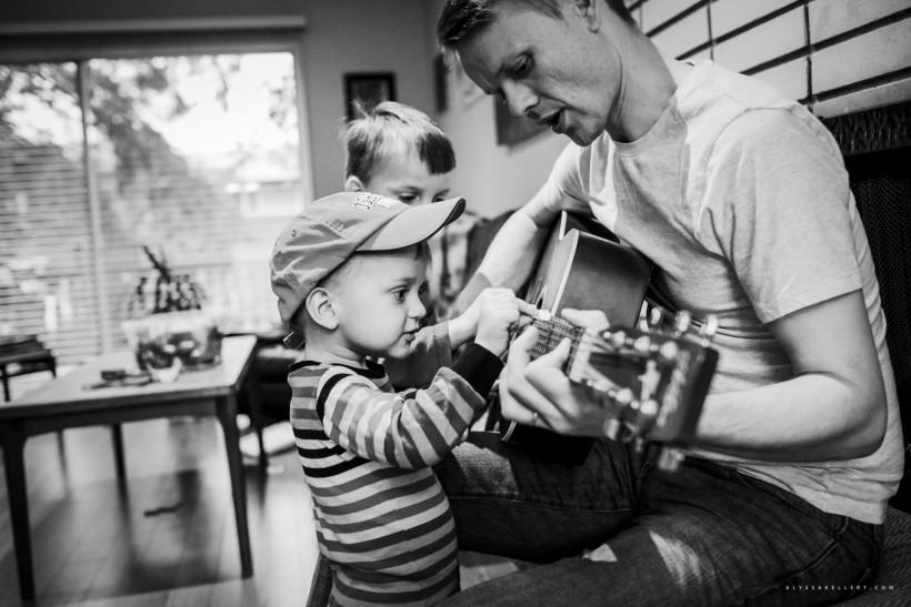 Тато і син грають на гітарі