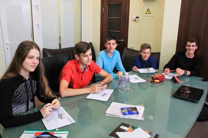 Дети в частной школе Мейнстрим за круглым столом