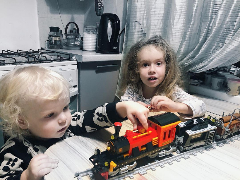 Елена Стронг и дети с железной дорогой