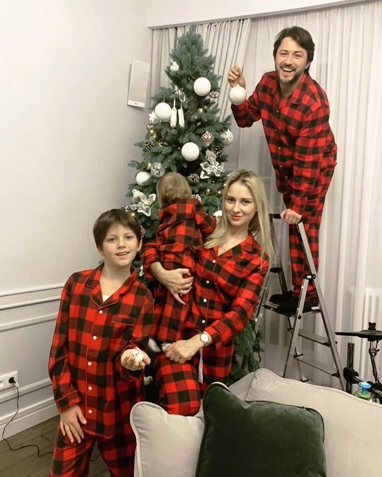 Сергей Притула наряжает елку с семьей