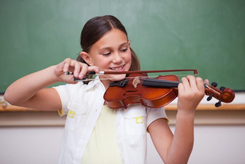 Музыкальная школа - девочка играет на скрипке