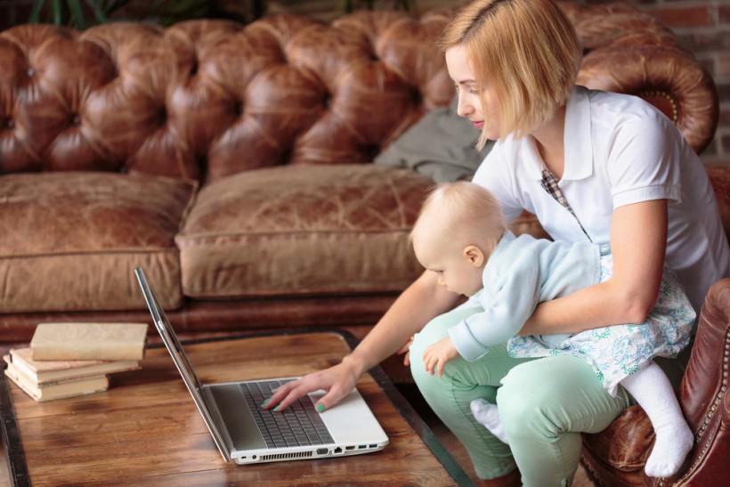 Мама с маленьким ребенком работает дома