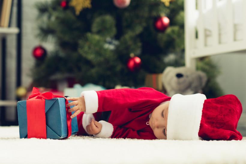 Новогодний малыш уснул с подарком