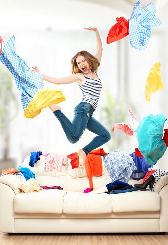 Женщина в прыжке разбрасывает вещи