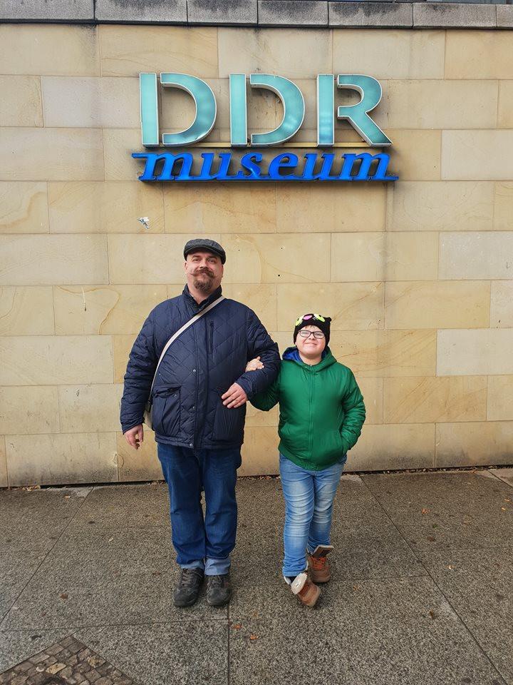 Музей ГДР в Берлине  - папа и сын под вывеской