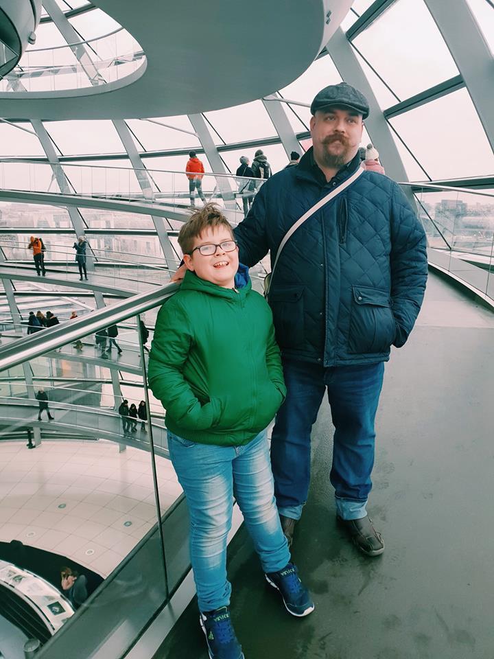 Бундестаг - папа и сын поднимаются на крышу