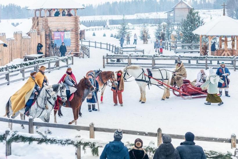Киевская Русь - крещение в парке по древним обычаям