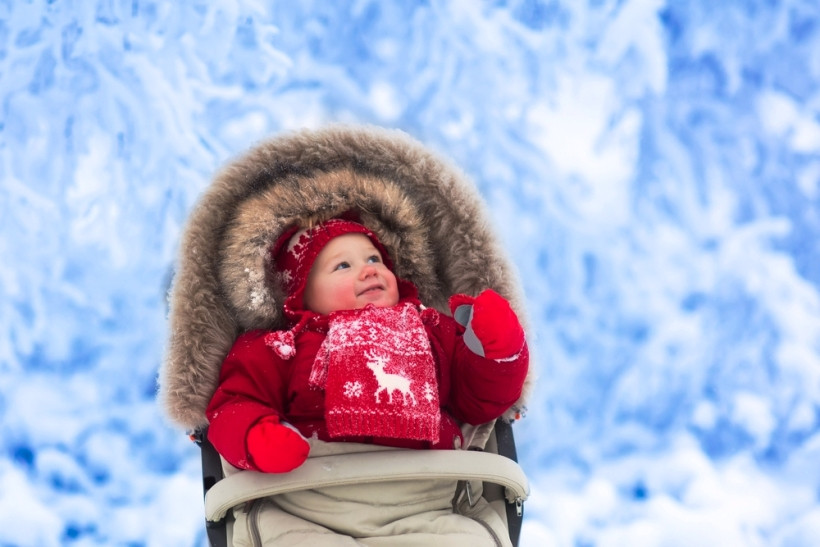 младеней на прогулке зимой