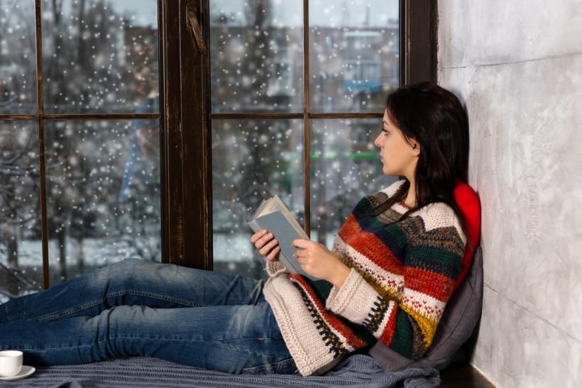 грустная девушка читает книгу