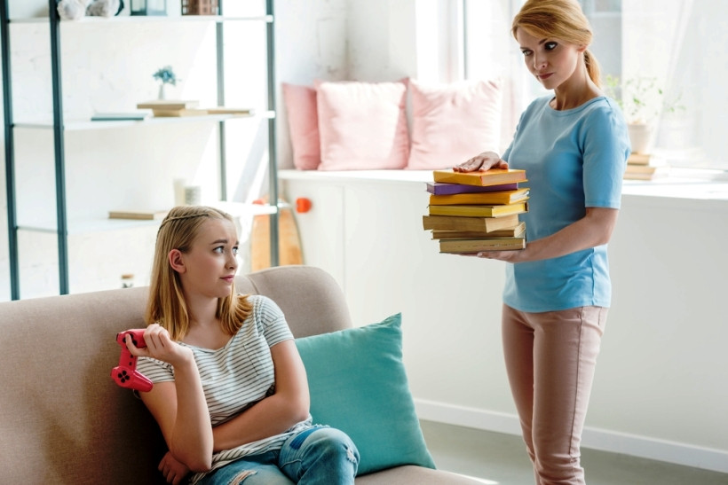 мама заставляет дочку учить уроки