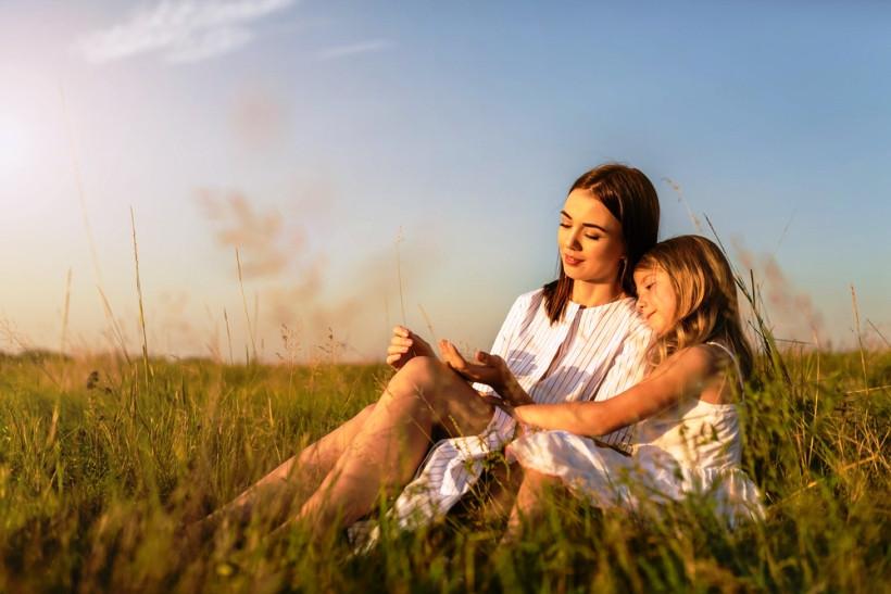 мама и дочь на природе
