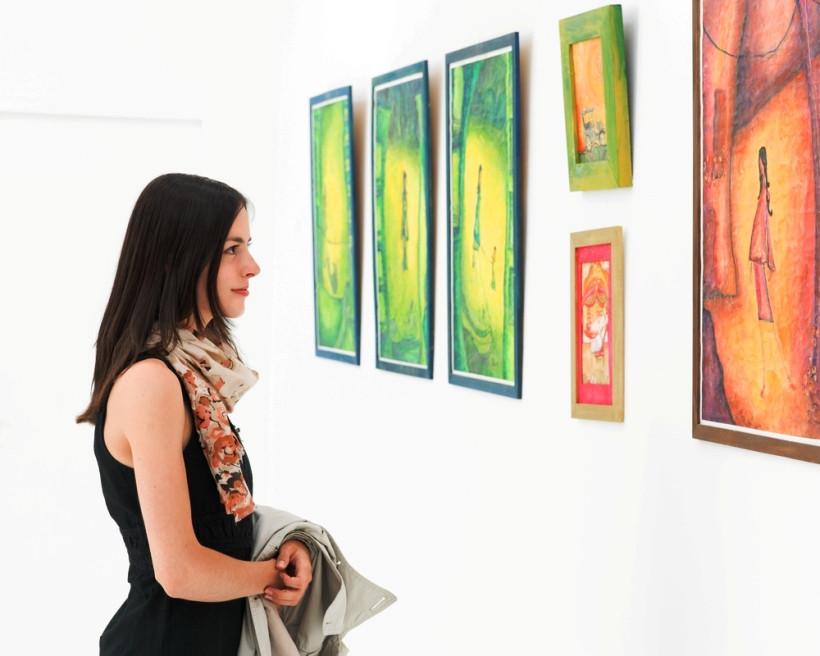 девушка в картинной галерее