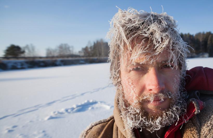 Переохлаждение и обморожение - человек с инеем на лице
