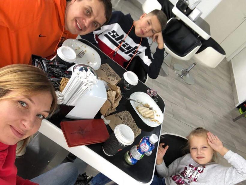 Семья играющая в Отцы и дети от Медиа ключ