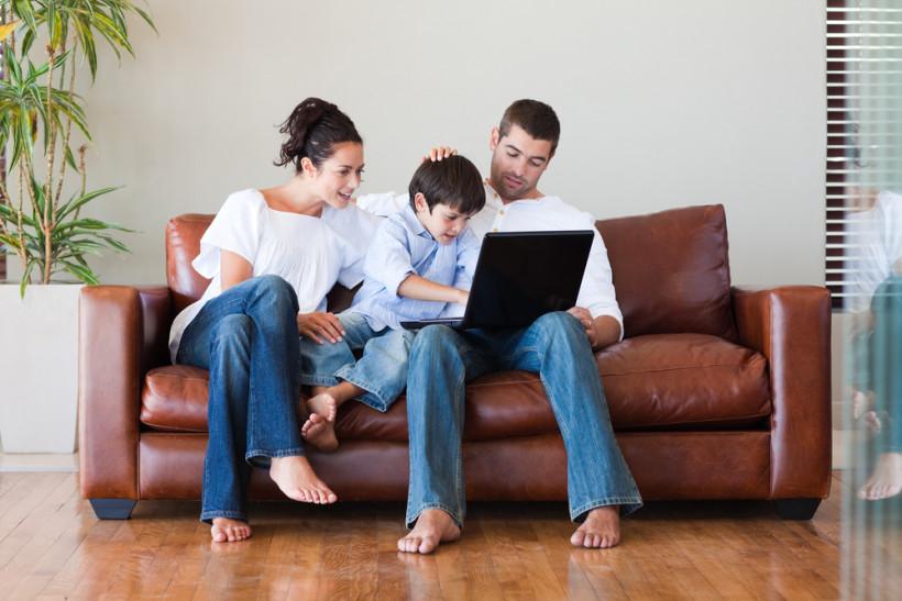 Отцы-блогеры - дети рядом с родителями перед компьютерами