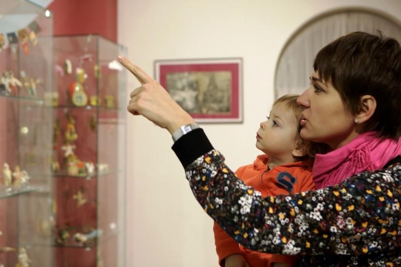 мама с малышом в музее