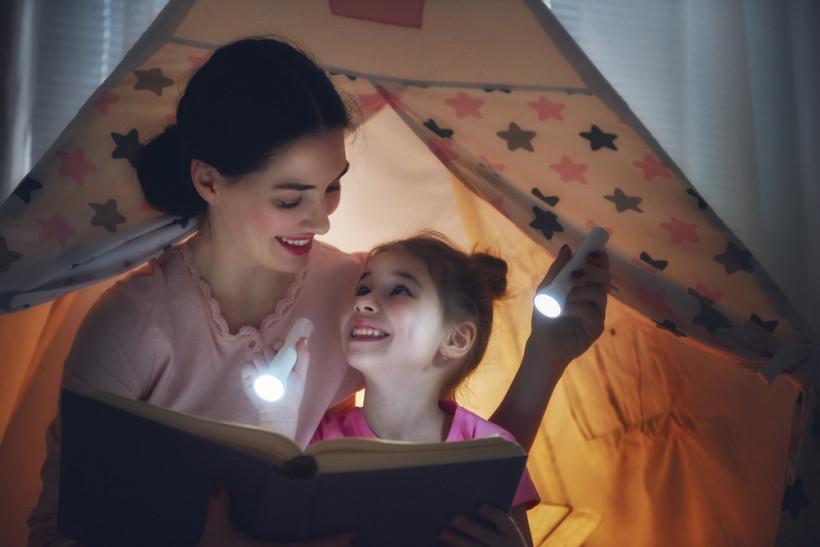 мама и дочь в палатке