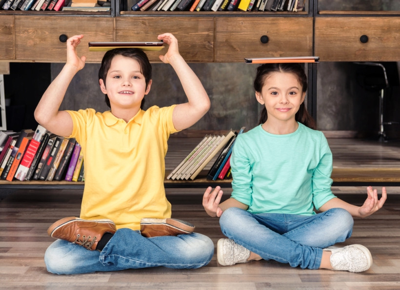 школьники медитируют