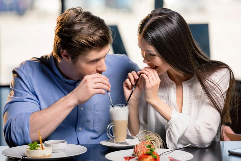 влюбленные в ресторане на день валентина