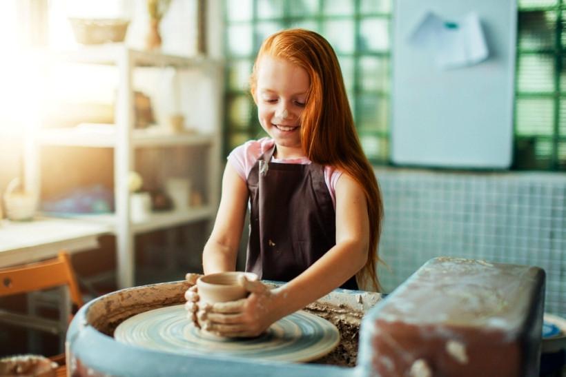 девочка лепит из глины