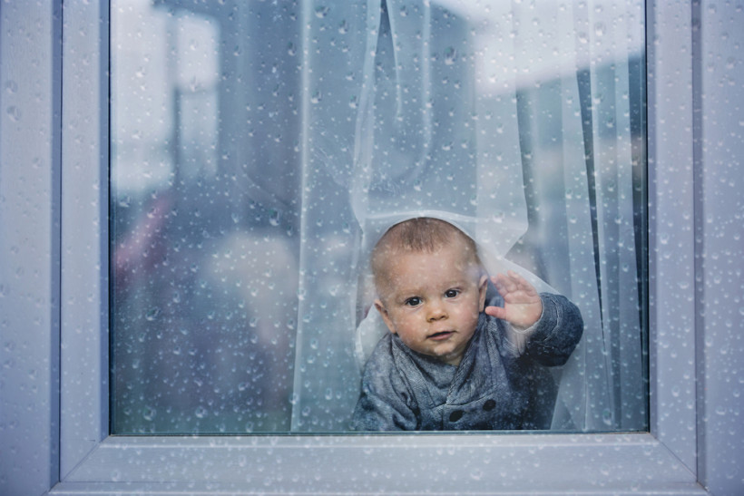 Ребенок в окне интерната - проблема с сиротами в Украине
