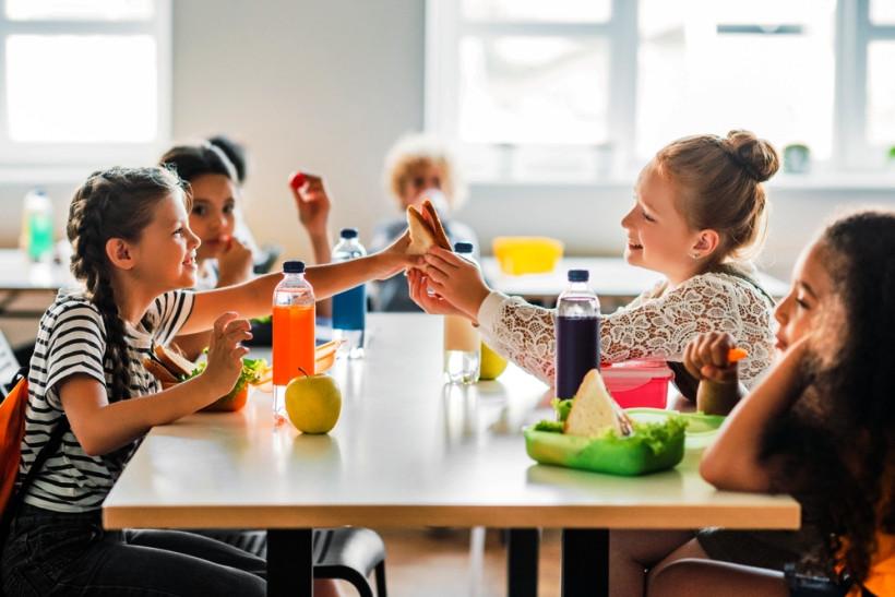 дети едят в столовой