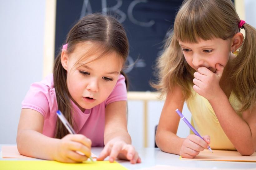 дети пишут прописи