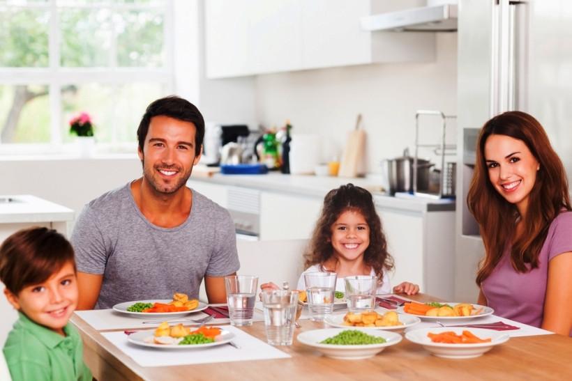 семья завтракает на кухне