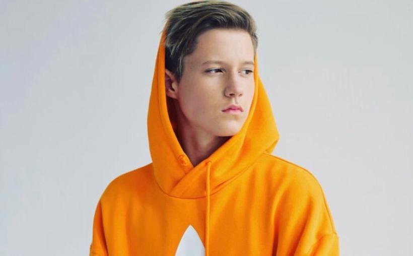 подросток в желтом