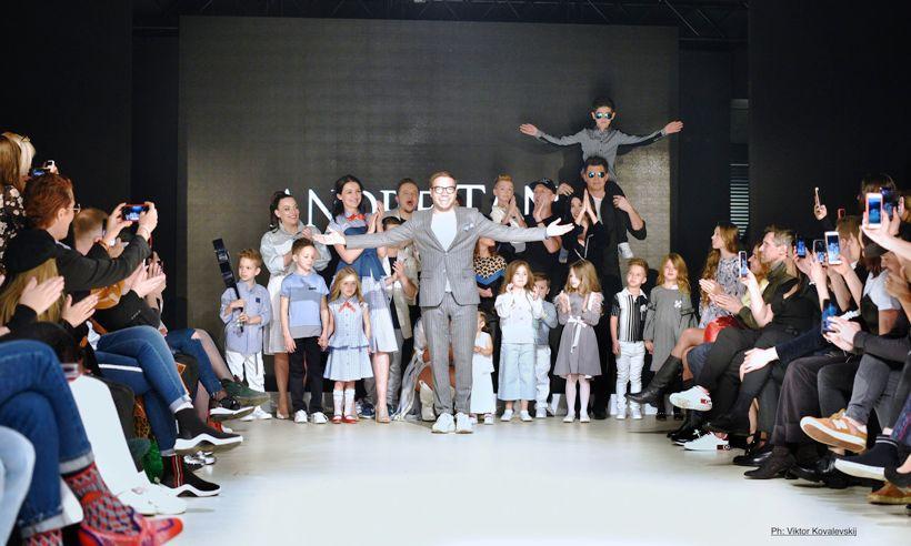 Андре тан з дітьми-моделями
