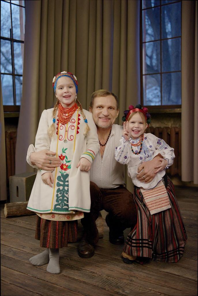 Олег Скрипка з доньками
