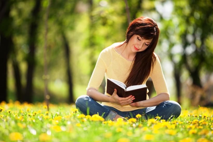девушка читает стихи во всемирный день поэзии