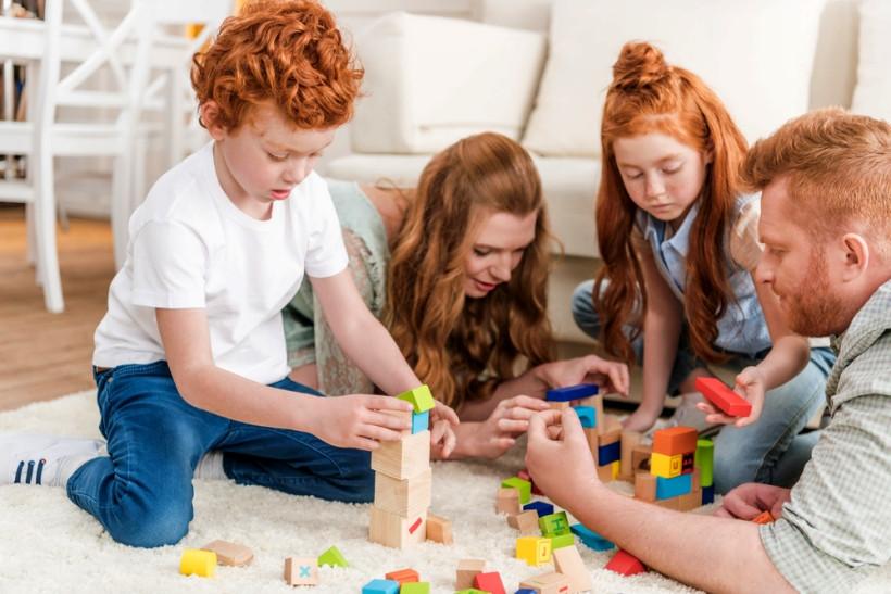 играют в кубики