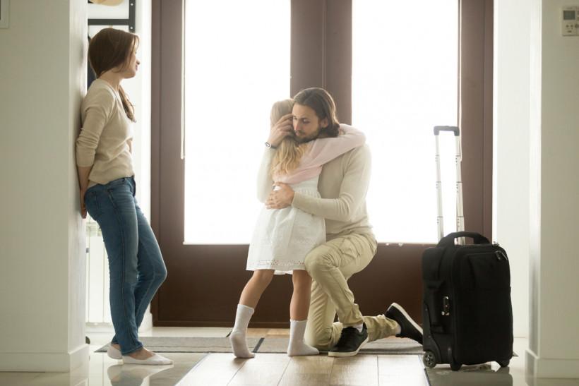 Развод  папа уходит и прощается с девочкой