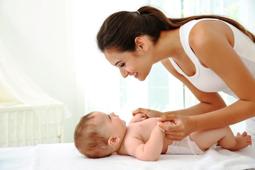 мама осуществляет уход за ребенком