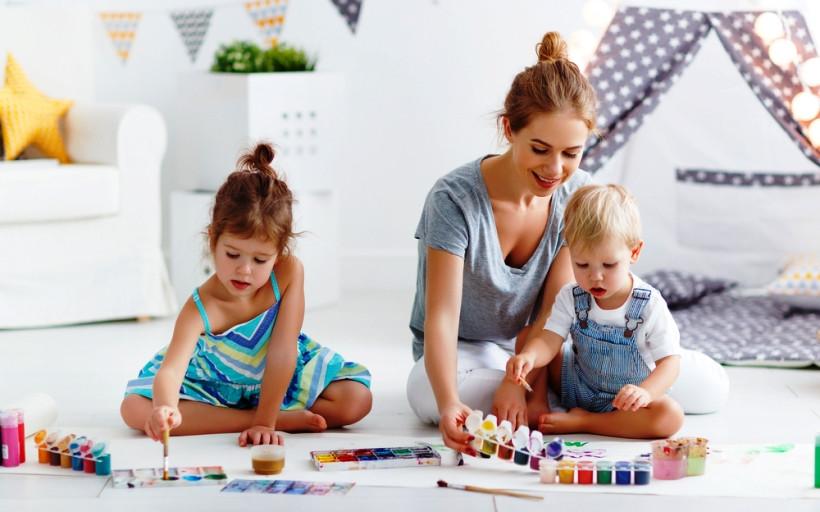 дети рисуют с мамой