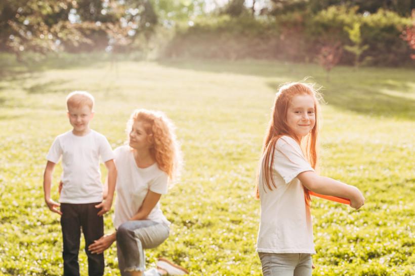 Мама и играющие в поле дети