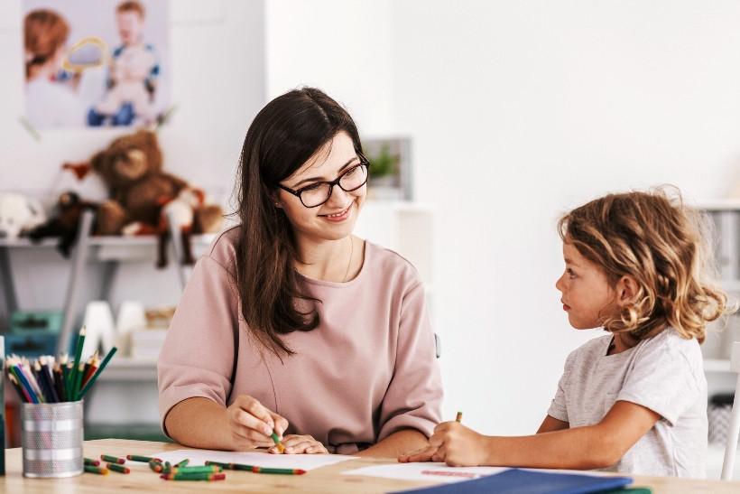 мама и дочь играют в игры на развитие речи