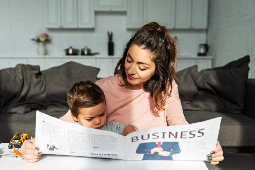 мама с малышом читает