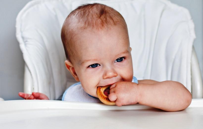 хлеб в прикорме, ребенок ест бублик