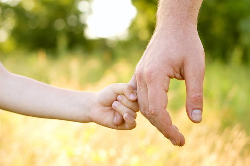 Руки папы и сына