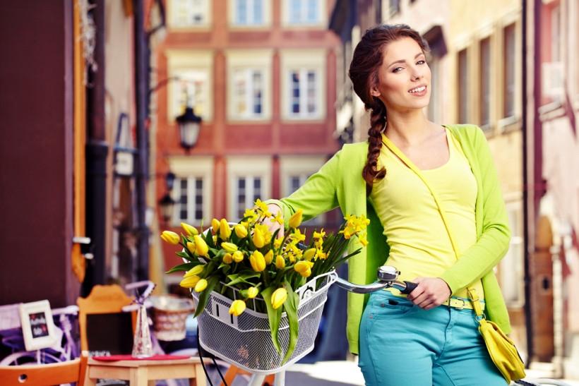 девушка гуляет весной с велосипедом для профилактики депрессии