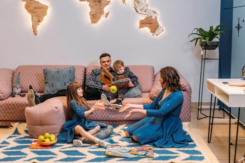 родина з картою світу